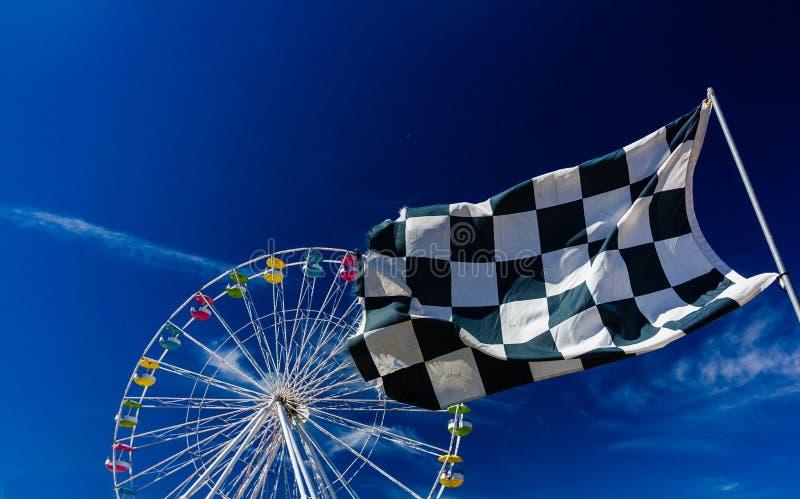 方格的旗子和弗累斯大转轮反对蓝天 免版税库存照片