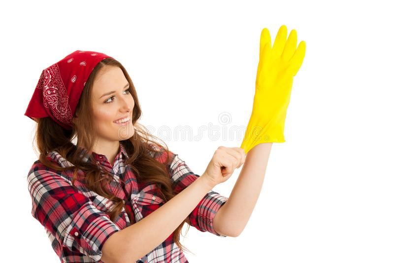方格的衬衣的逗人喜爱的少妇有黄色橡胶手套的关于 库存图片