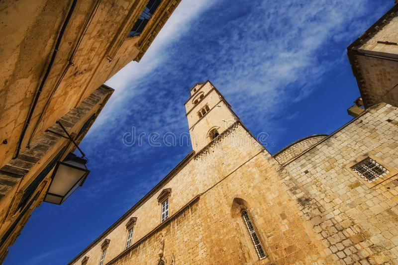 方济会修道院的一个广角看法在从Stradun街道的杜布罗夫尼克 库存图片