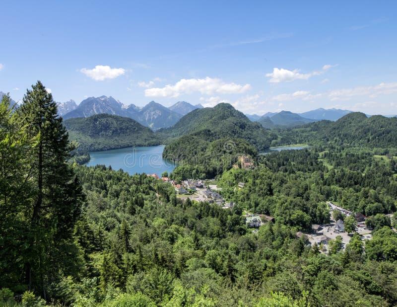 施万高镇和Alpsee湖,从Hohenschwangau城堡小山的photoshoot看法  库存照片