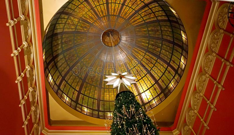 施华洛世奇水晶圣诞树女王维多利亚大厦,一部分技巧和圆顶的悉尼圣诞节庆祝 库存照片