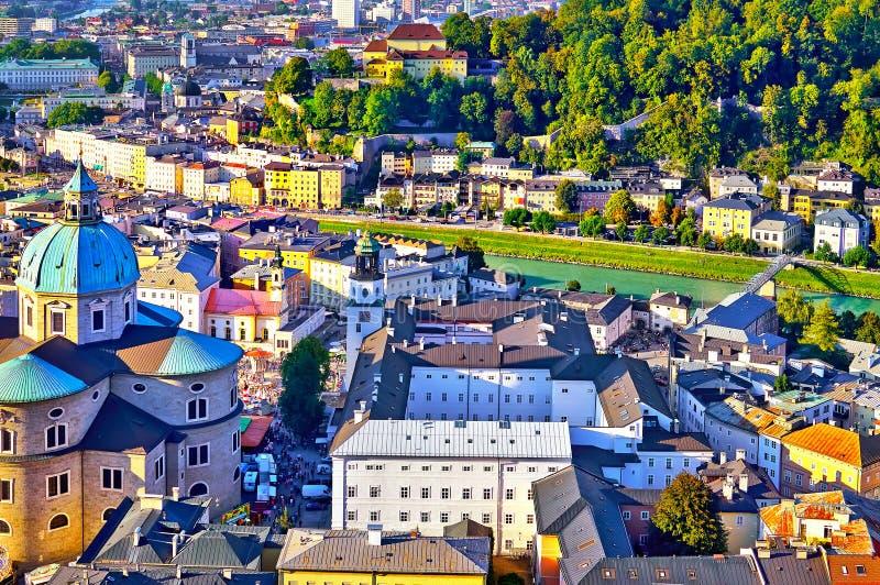 施塔特萨尔茨堡在日落的夏天, Sa地平线有大教堂的 免版税图库摄影