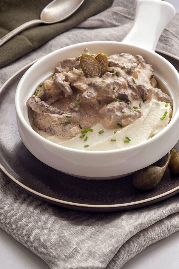 施特罗加诺夫法牛肉用土豆泥 免版税库存图片