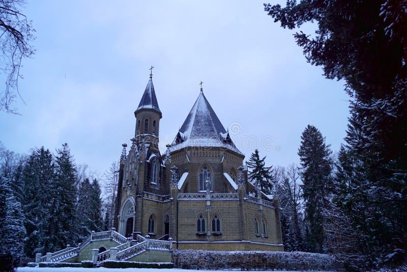 施瓦尔岑贝格坟茔、侧视图、树和楼梯-冬时 免版税图库摄影