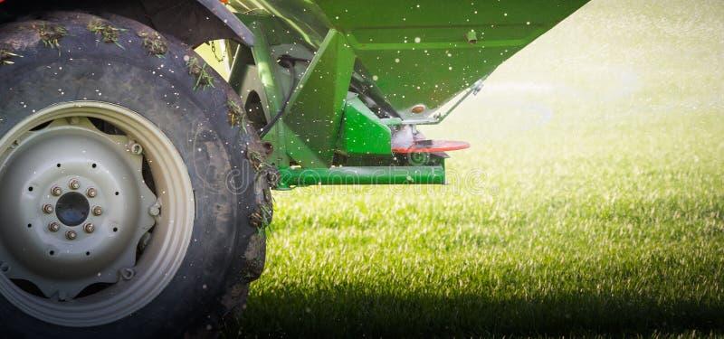 施肥在领域的拖拉机 图库摄影