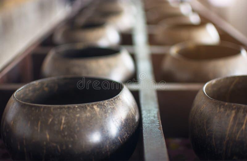 施舍为的佛教小木monk's做优点在泰国保留硬币捐赠滚保龄球 免版税库存图片