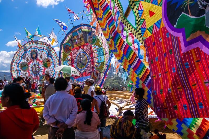 旁观者观看巨型风筝,万圣节,危地马拉 库存图片