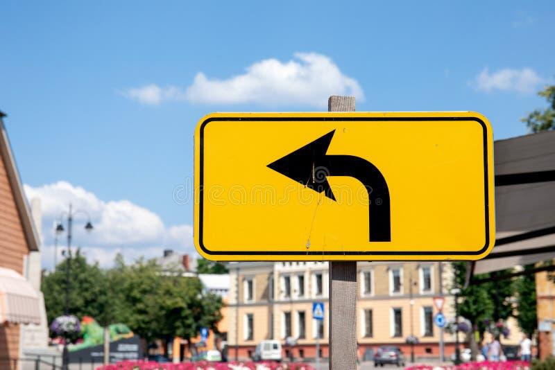 旁路的黄色路标有箭头的 图库摄影
