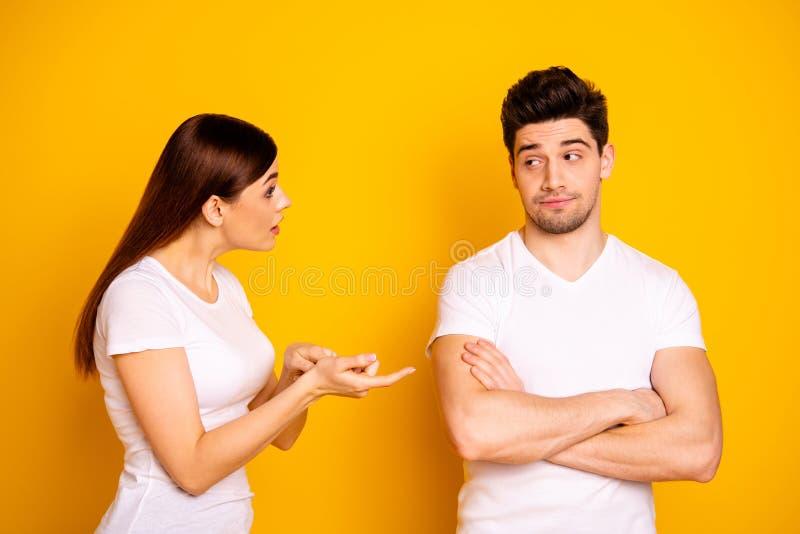 旁边简历照片两美丽的人民的关闭她她他他的责备侵略手胳膊横渡折叠没有的他 库存照片