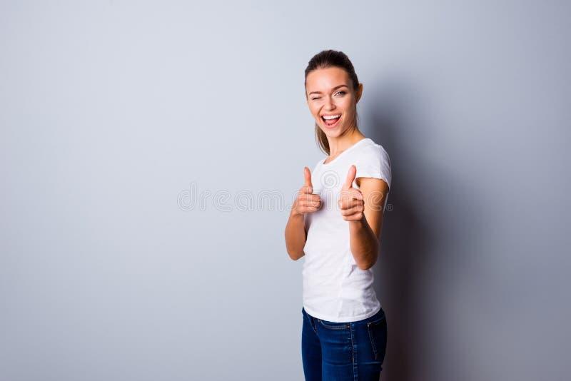 旁边简历照片美丽惊人质朴的关闭她她的夫人完善的出现手指表明我采摘选择您 图库摄影