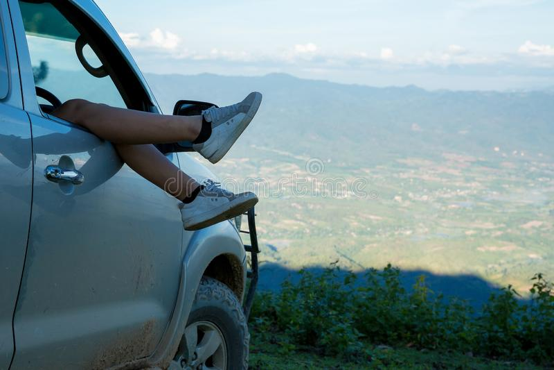 旅客、年轻女人、看看惊人的山和森林,旅行癖旅行想法 免版税库存照片