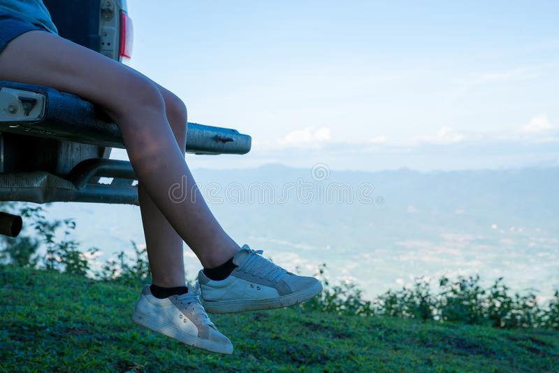 旅客、年轻女人、看看惊人的山和森林 免版税库存图片