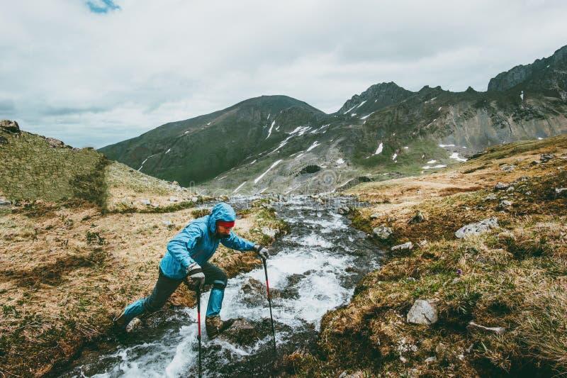 旅客人山生存远征的横穿河 免版税库存照片