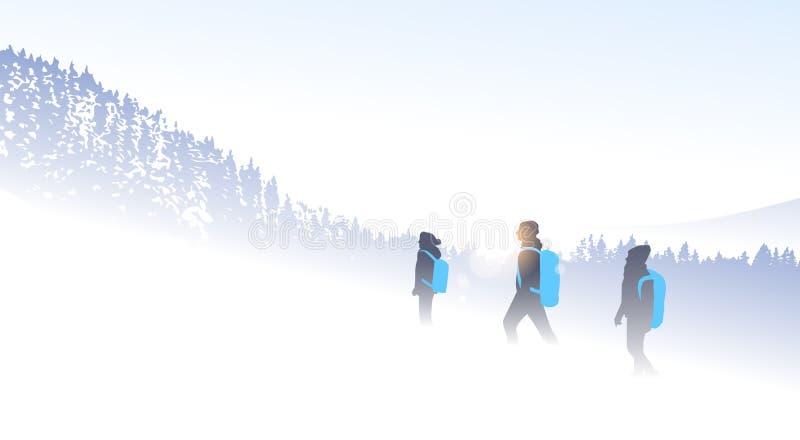 旅客人远足山冬天森林自然背景的小组剪影 皇族释放例证