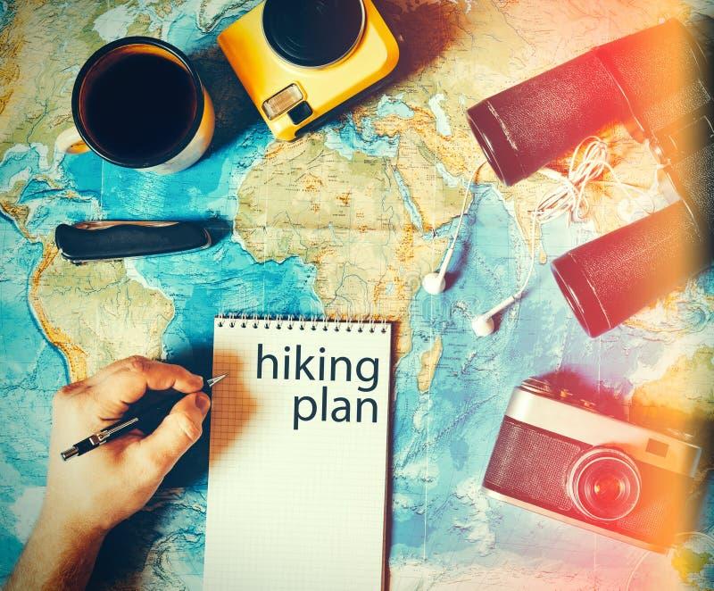 旅客做远足计划的一次旅行 露营齿轮,顶视图 免版税库存图片