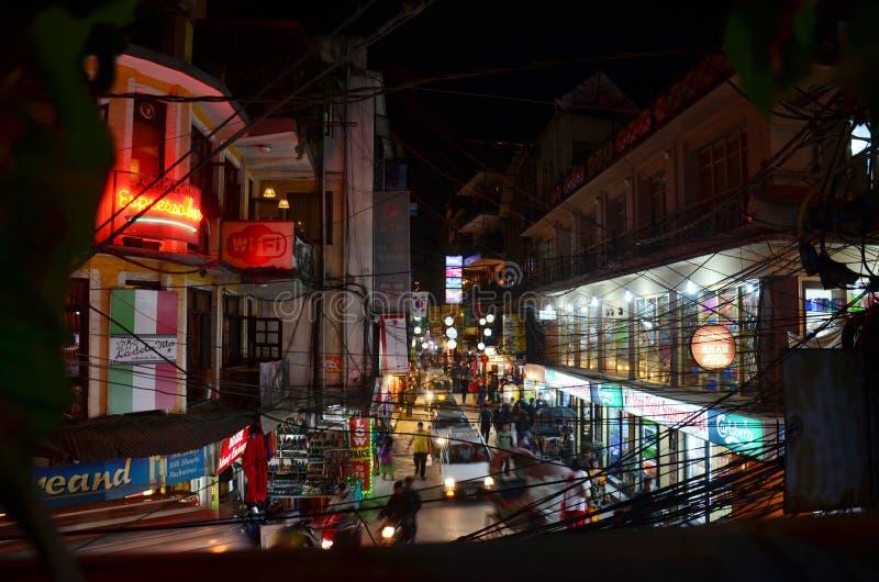 旅客和尼泊尔人民在街道Thamel市场上 免版税图库摄影