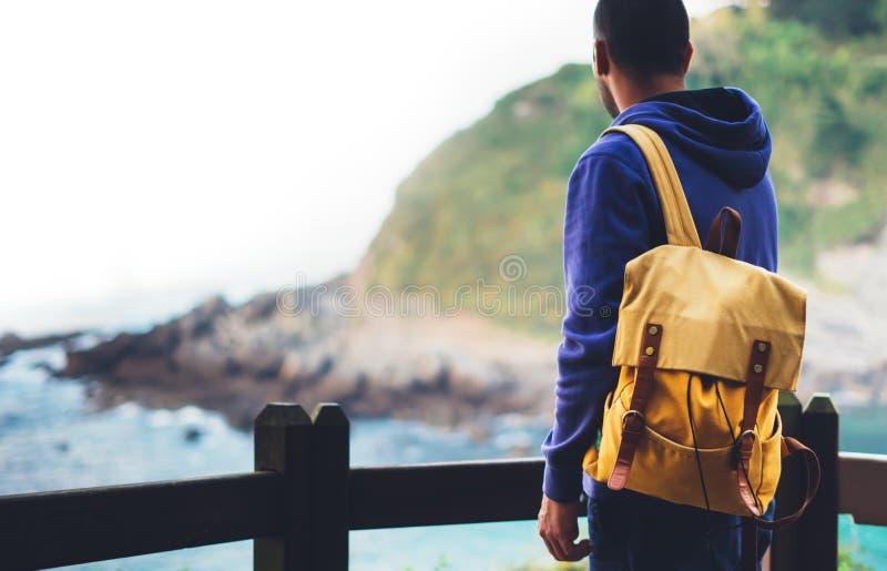 旅客在旅行假期,行家远足者放松假日概念,享受海洋天际,全景日出,阳光视图的人 库存图片