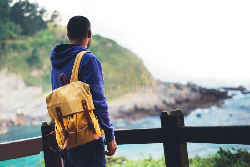 旅客在旅行假期,行家远足者放松假日概念,享受海洋天际,全景日出,阳光视图的人 免版税库存图片