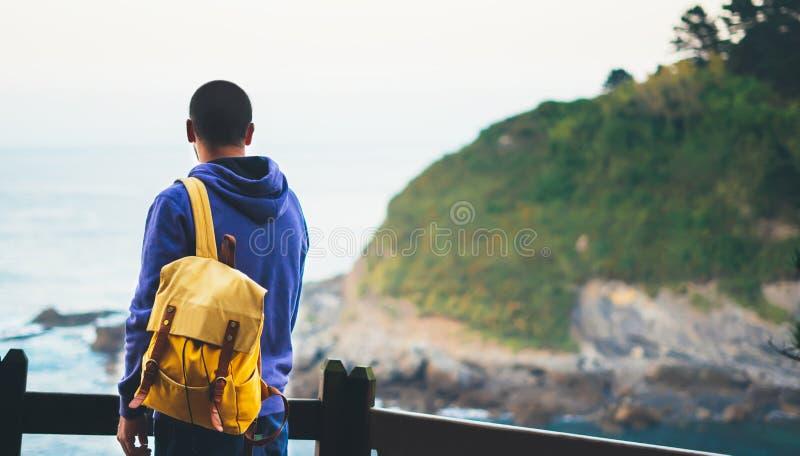 旅客在旅行假期,行家远足者touri放松假日概念,享受海洋天际,全景日出,阳光视图的人 库存照片