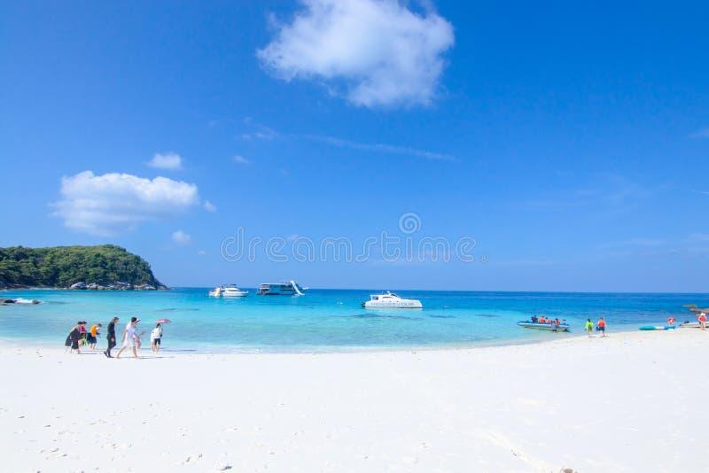旅客在白色沙子海滩走 免版税库存照片