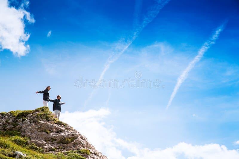 旅客夫妇在它上面山 Mangart,朱利安阿尔卑斯山, 免版税图库摄影
