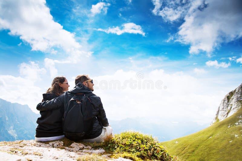 旅客夫妇在它上面山 Mangart,朱利安阿尔卑斯山, 图库摄影
