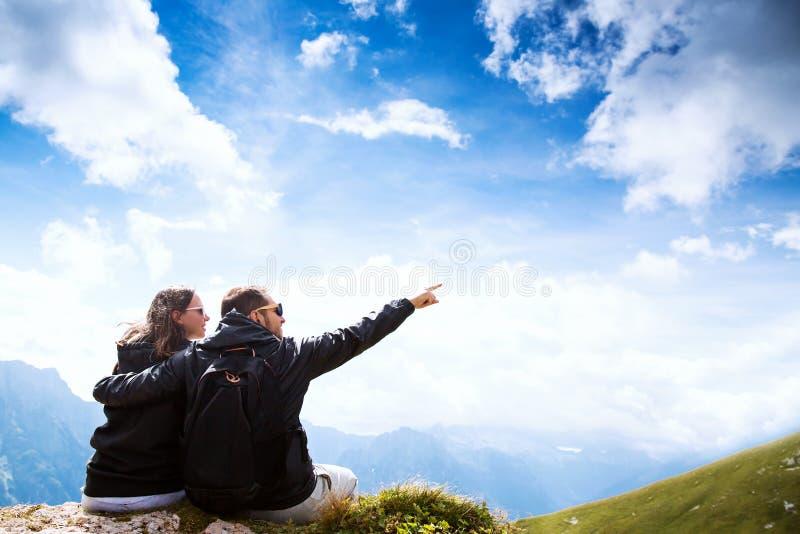 旅客夫妇在它上面山 Mangart,朱利安阿尔卑斯山, 库存图片