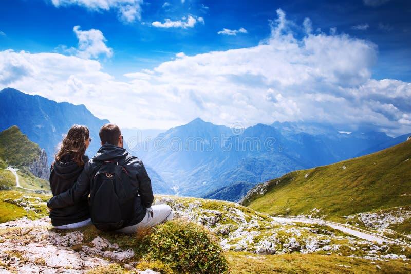 旅客夫妇在它上面山 Mangart,朱利安阿尔卑斯山, 免版税库存图片