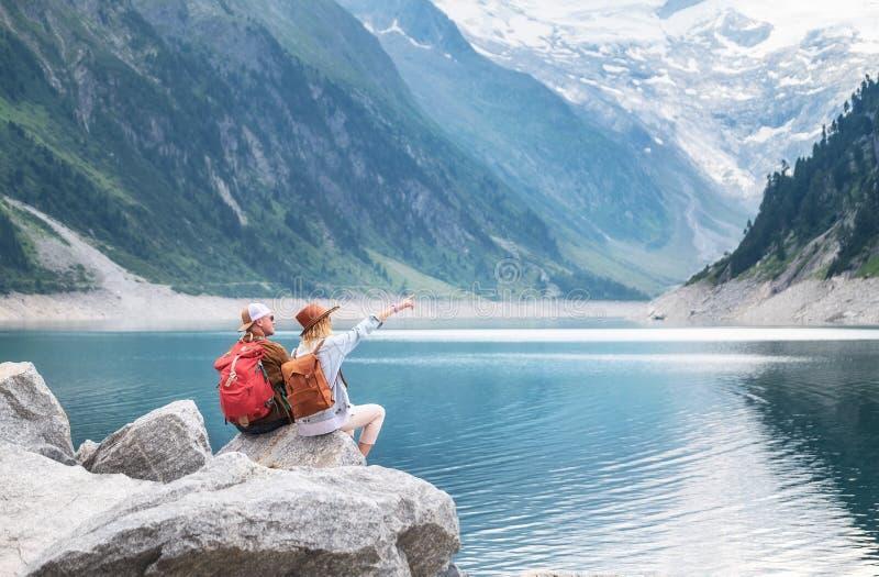 旅客夫妇看看山湖 冒险并且旅行在山区域在奥地利 免版税库存照片