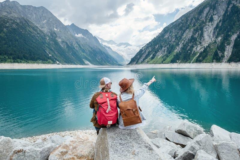 旅客夫妇看看山湖 旅行和活跃生活概念与队 冒险和旅行在山区域 库存照片