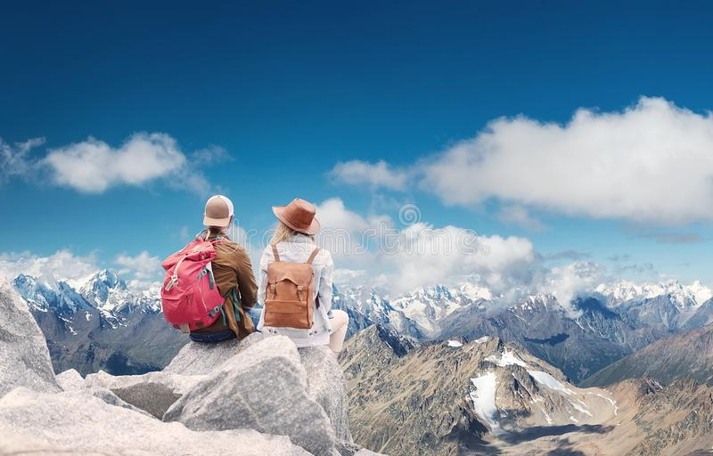 旅客夫妇看看山环境美化 旅行和活跃生活概念与队 免版税图库摄影