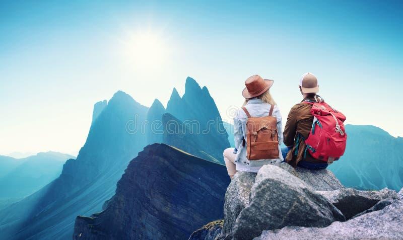 旅客夫妇看看山环境美化 旅行和活跃生活概念与队 免版税库存照片