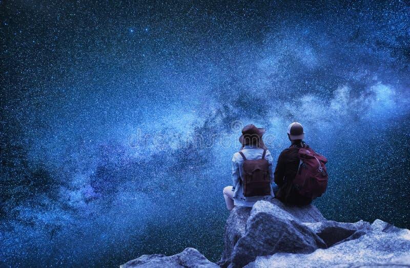 旅客夫妇看看星 旅行和活跃生活概念与队 免版税图库摄影