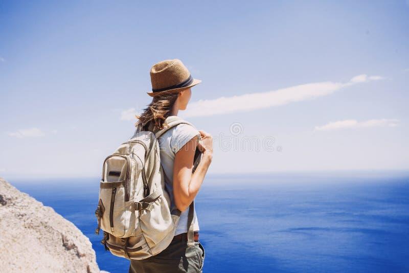 旅客少妇的后部看海、旅行和活跃生活方式概念的 免版税库存照片