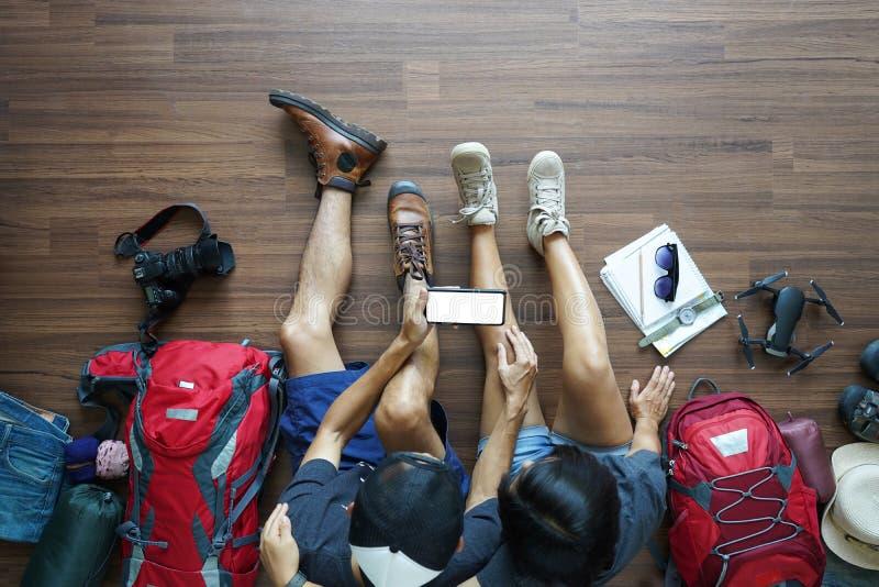 旅客年轻夫妇计划蜜月假期旅行顶上的看法  库存图片