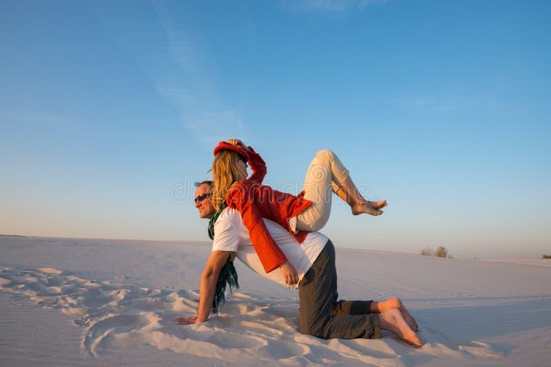 旅客快乐的疯狂的夫妇无所事事并且获得乐趣在des 库存照片