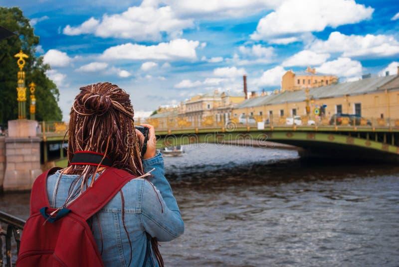 旅客拍桥梁的照片 免版税库存图片