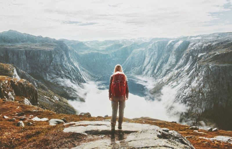 旅客探索的山单独远足与背包 免版税库存照片