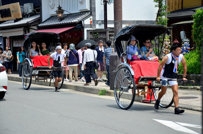 旅客游览的用途人力车在arashiyama城市附近 库存图片