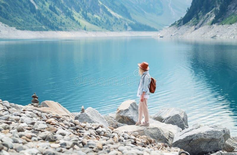 旅客看看山湖 旅行和活跃生活概念 冒险并且旅行在山区域在奥地利 图库摄影