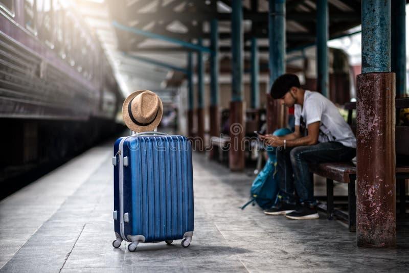 旅客等火车在火车站旅行在夏天 免版税库存图片