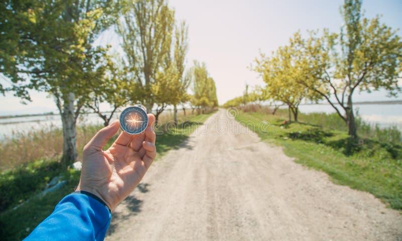 旅客藏品指南针在路背景中 库存照片
