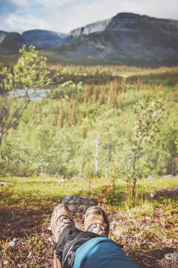旅客远足者的腿有美好的自然视图 旅游业conce 库存照片