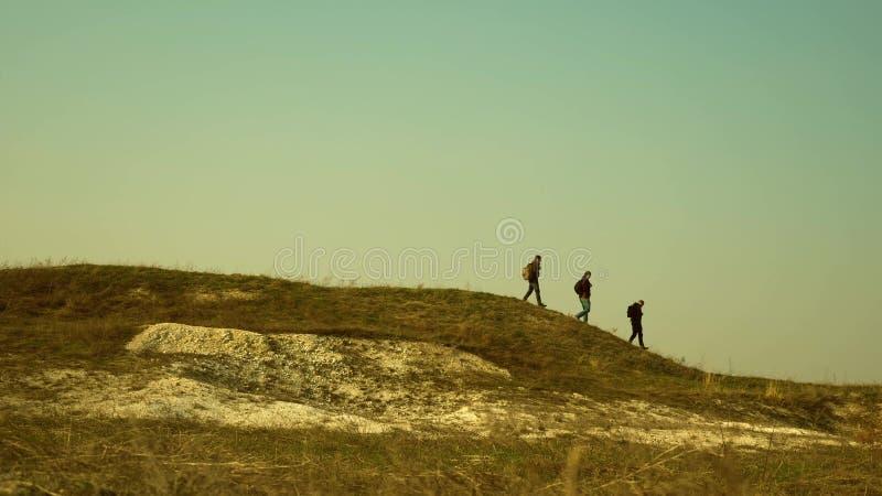 旅客队去胜利和成功 在事务的团队工作 体育旅游业 游人沿上面走 图库摄影