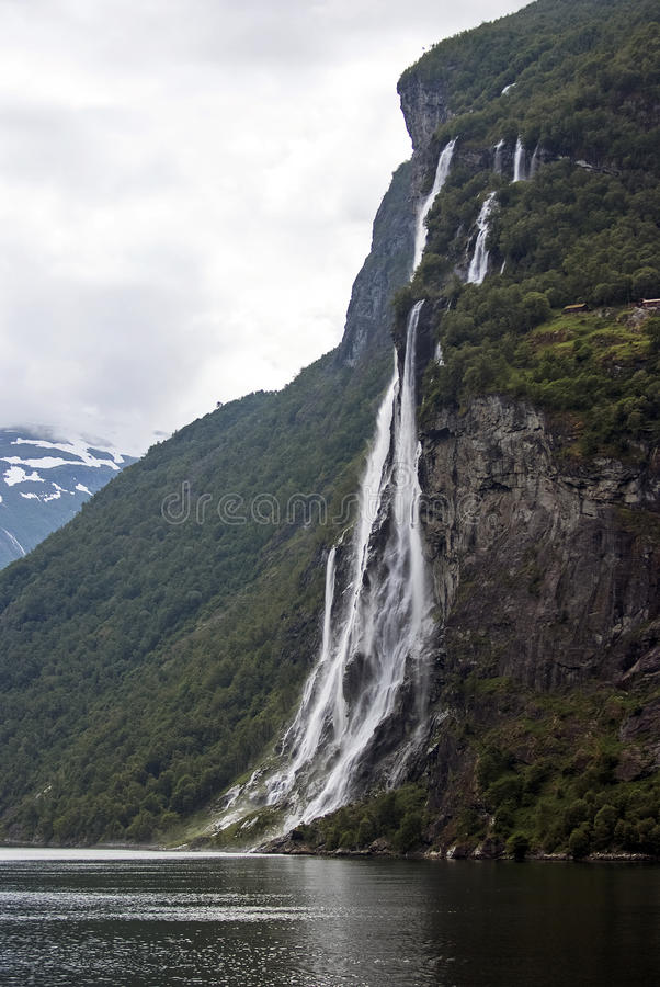 旅游业假期和旅行 山和瀑布在海湾Nærøyfjord在Gudvangen,挪威,斯堪的那维亚 免版税库存图片