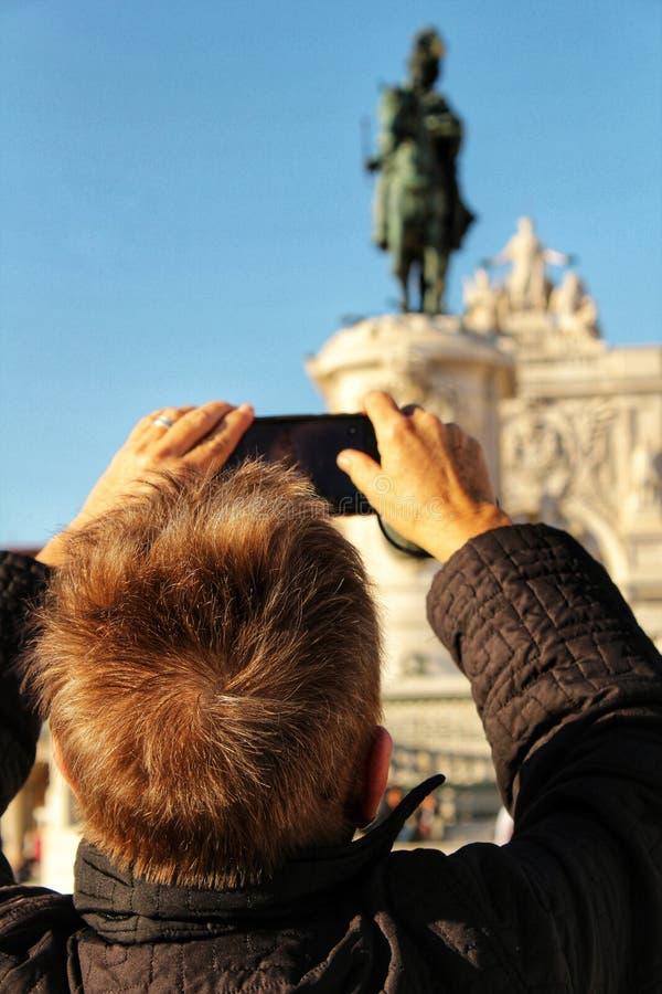 旅游为照相的何塞I国王骑马雕象在Lisb 库存照片