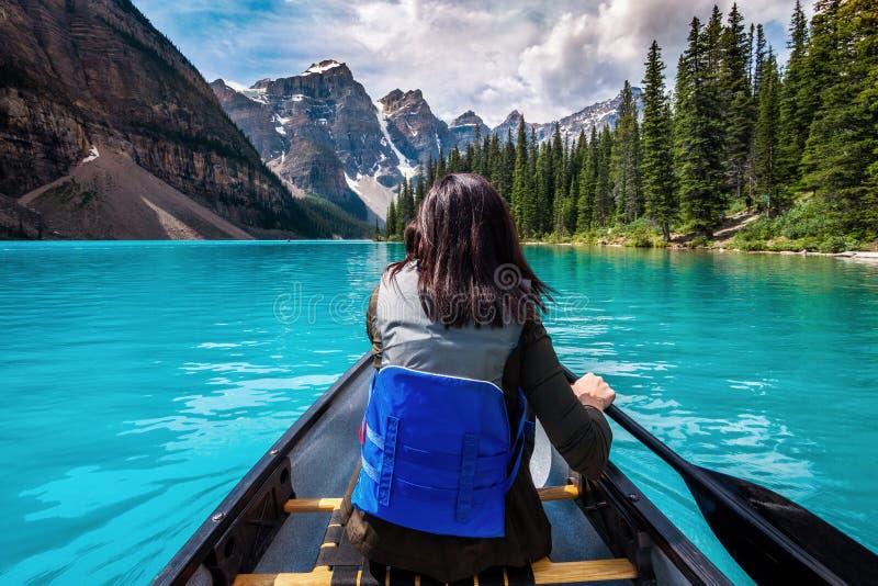 旅游乘独木舟在梦莲湖在班夫国家公园,加拿大人罗基斯,阿尔伯塔,加拿大 免版税库存照片