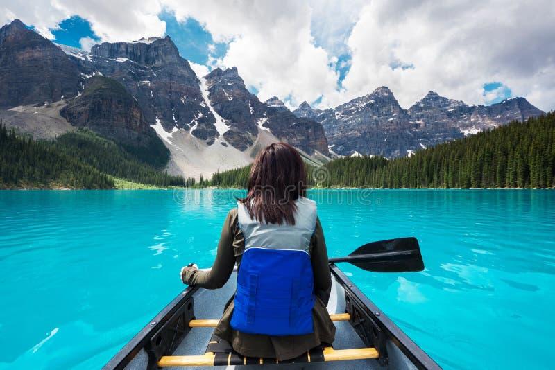 旅游乘独木舟在梦莲湖在班夫国家公园,加拿大人罗基斯,阿尔伯塔,加拿大 图库摄影