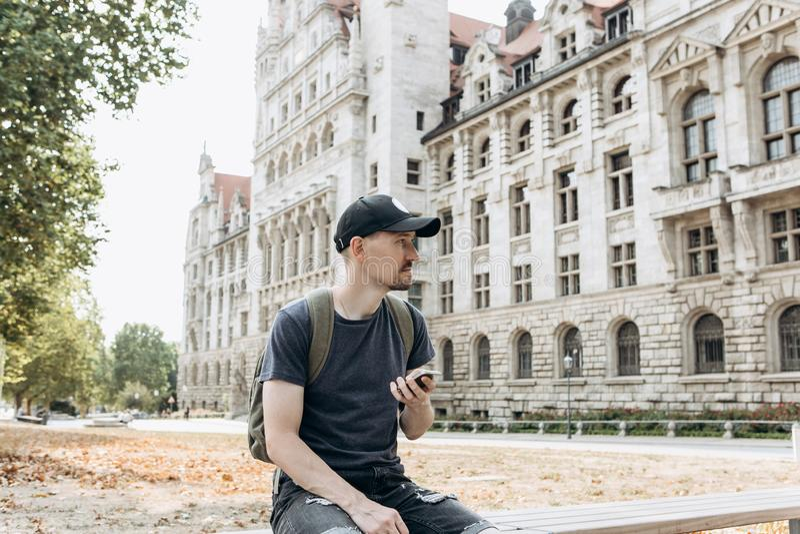 旅游人或男孩有背包的使用一个手机 库存照片