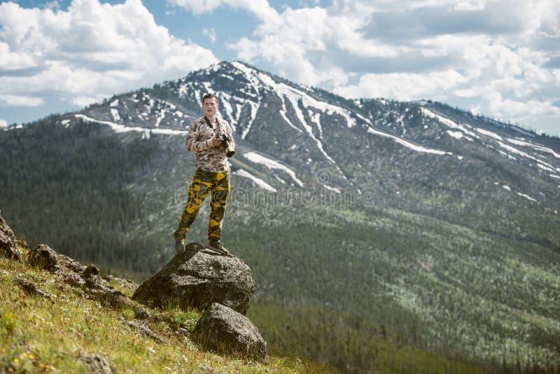 旅游人摄影师照相和享受山看法在黄石国家公园 免版税库存图片